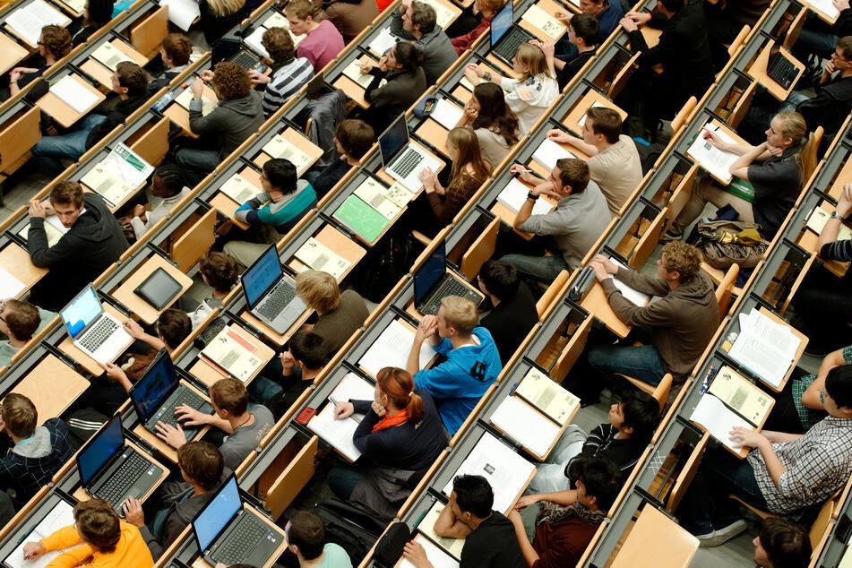 Mehrere Hochschulen in NRW unterstützen Studierende finanziell (Archivbild).