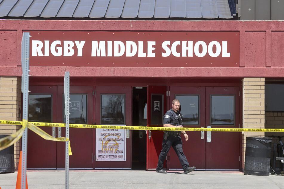 Ein Polizist am Tatort der Schießerei in der Rigby Middle School.