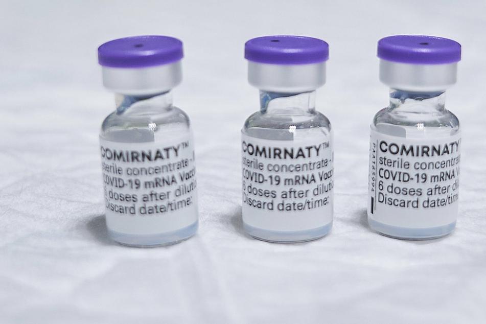 Fläschchen mit dem Corona-Impfstoffs Comirnaty des Herstellers Pfizer/BioNTech.
