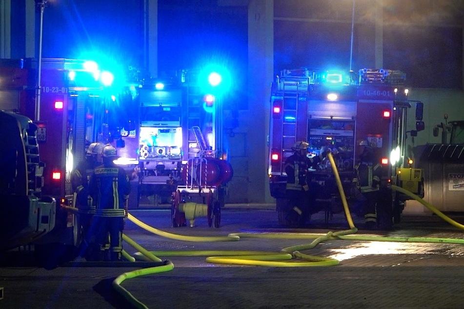 Brand von ölhaltigen Abfallstoffen ruft Feuerwehren auf den Plan