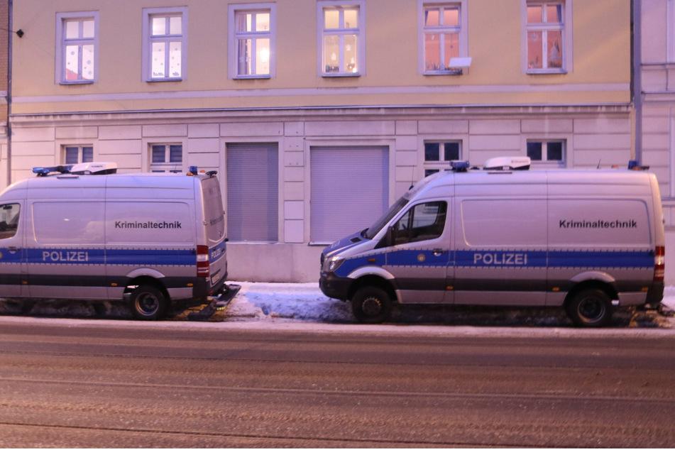 Der Angeklagte soll das 27 Jahre alte Opfer im Februar 2021 in der gemeinsamen Wohnung im Stadtteil Adlershof erstochen haben.