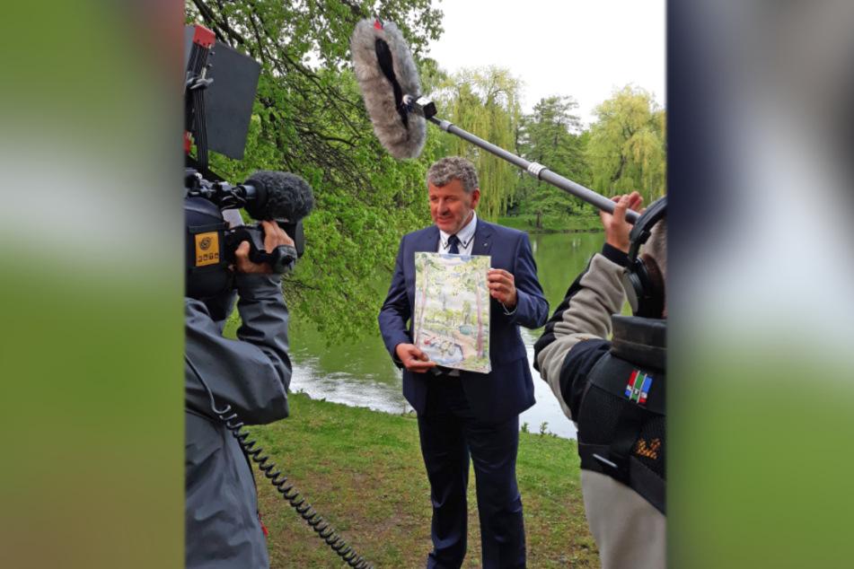 Semino Rossi (57) drehte für die Muttertagsshow am Schwanenteich. Das Bild, das er in Händen hält, wird in der Sendung verschenkt.
