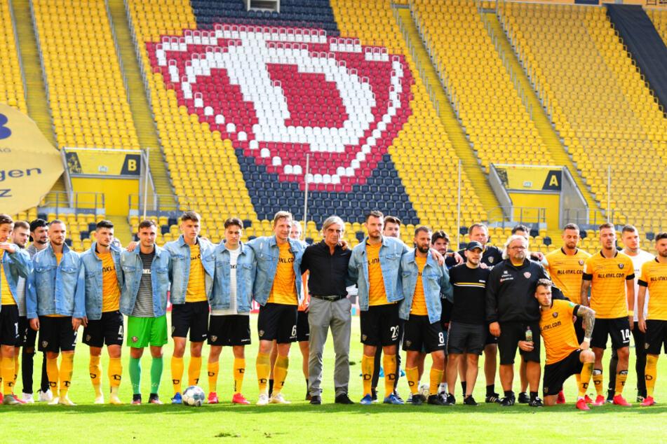 """Gruppenbild mit """"Pate"""": Ralf Minge nach dem letzten Zweitligaspiel der Dynamos am 28. Juni gegen Osnabrück. Danach stellte sich die Mannschaft mit ihm aufs Foto."""