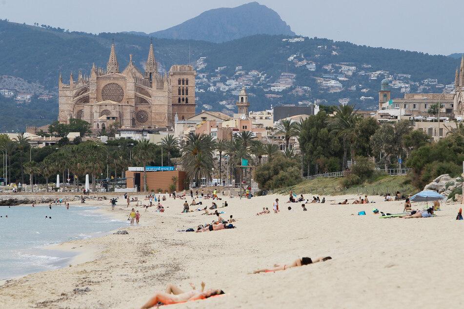 Ab nach Malle und faul am Strand liegen? Auch 2021 sind Reisen noch nicht zu 100 Prozent sicher.