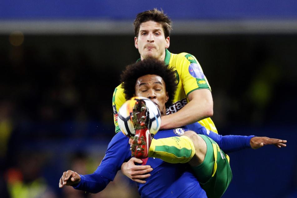 Als er noch spielen durfte: Norwich-Abwehrkante Timm Klose (hinten) im Duell mit Chelseas Techniker Willian.