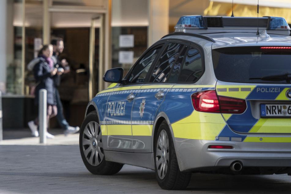 Ein Streifenwagen der Polizei steht auf einer Straße. (Symbolbild)