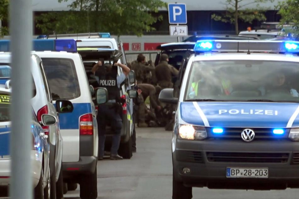 Einsatzkräfte der Bundespolizei stehen am Freitag bei ihren Fahrzeugen.