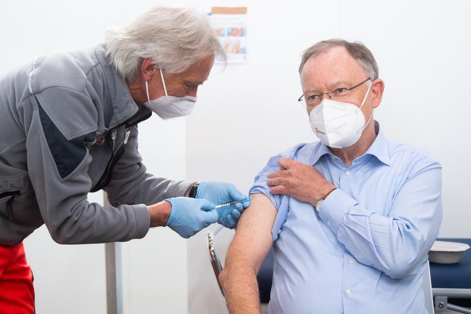 Ministerpräsident Stephan Weil (62, SPD) wird auf dem Messgelände Hannover mit dem Impfstoff AstraZeneca gegen das Corona-Virus geimpft.