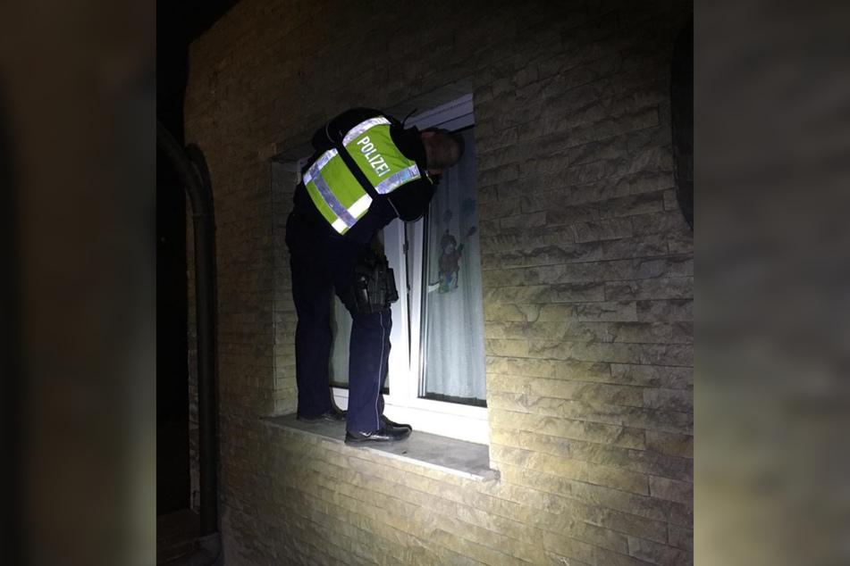 Ein Polizeibeamter verschaffte sich über ein gekipptes Fenster Zutritt zur Wohnung.