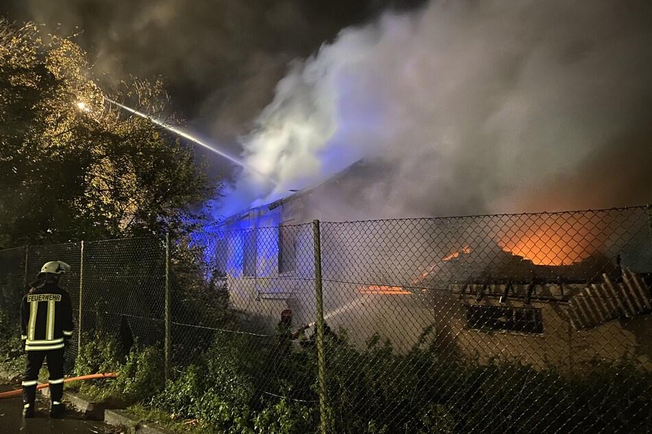 Zahlreiche Notrufe: Ehemalige Gärtnerei in Flammen