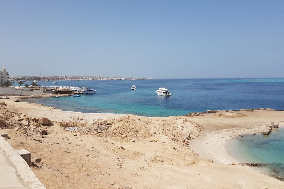 Menschenleer ist ein Badestrand in Hurghada.
