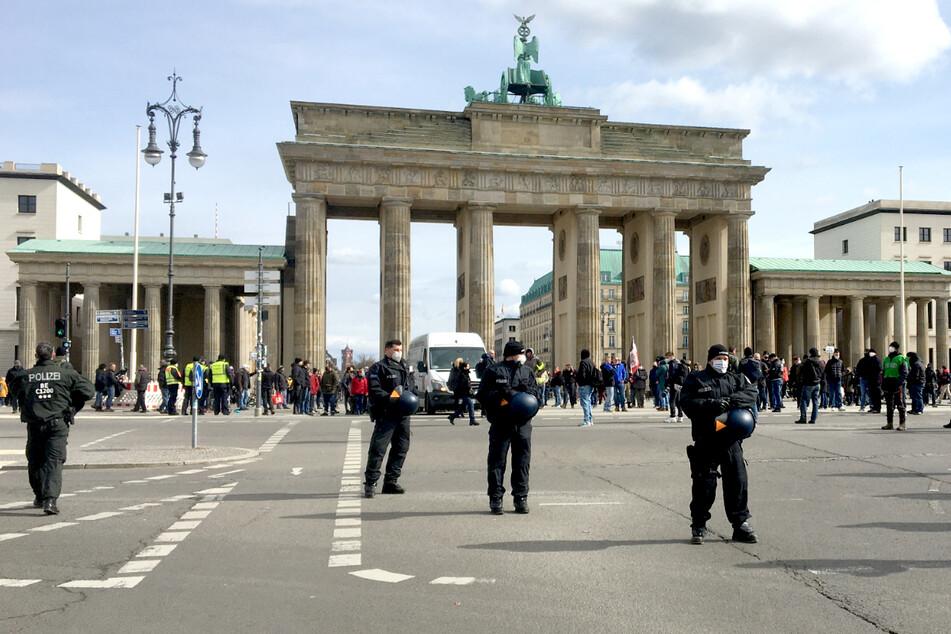 Keine Masken, kein Abstand, Flaschenwürfe: Polizei löst Demo von Rechtsextremen auf!