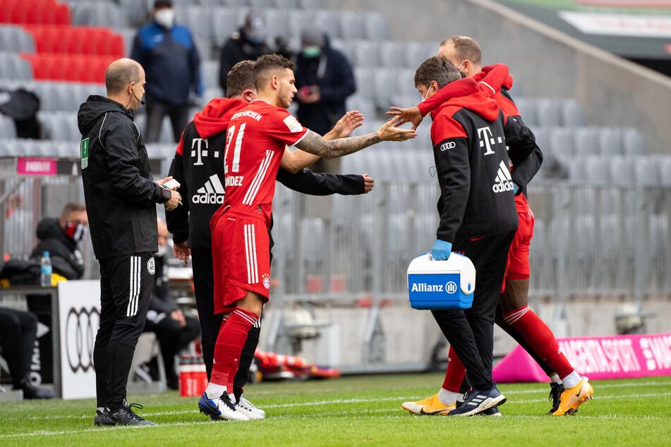 Unschöner Auftakt der Partie: Alphonso Davies (r./gestützt von zwei Medizinern) musste verletzt vom Platz, für ihn kam Lucas Hernández ins Spiel.