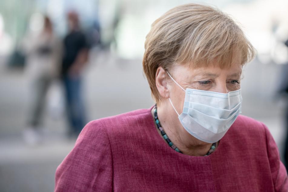 Bundeskanzlerin Angela Merkel (CDU) kommt mit Mund-Nasen-Schutz zur Sitzung der CDU/CSU-Bundestagsfraktion am Bundestag an.