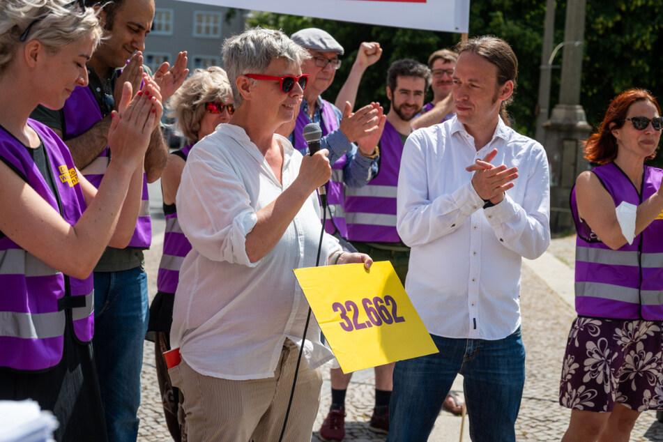 Katina Schubert (Die Linke), bei der öffentlichen Übergabe der Unterschriften. Bei den Linken finden die Initiatoren viel Zuspruch.