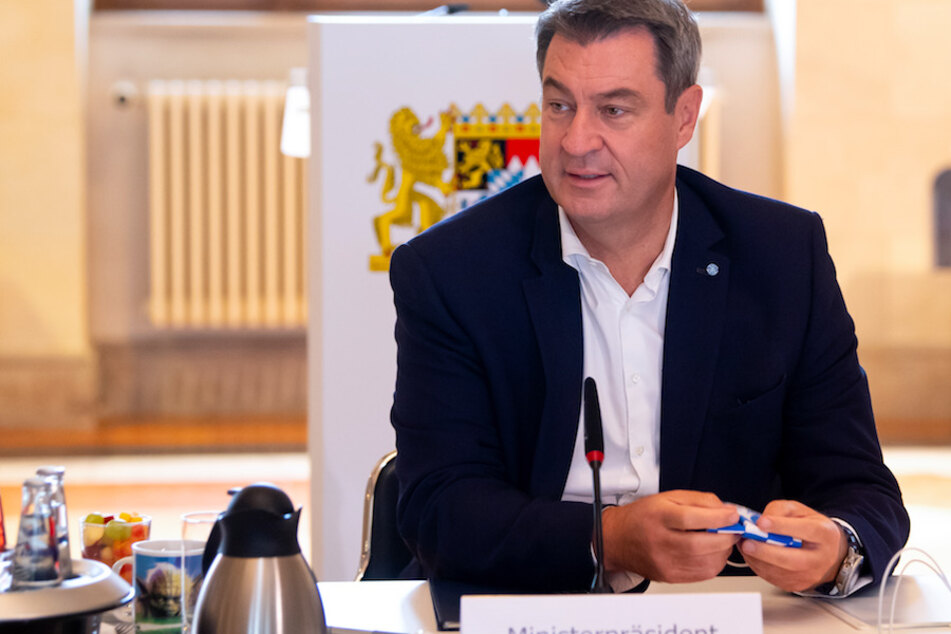 Markus Söder (53, CSU), Ministerpräsident von Bayern, sitzt vor Beginn einer Sitzung des bayerischen Kabinetts auf seinem Platz.