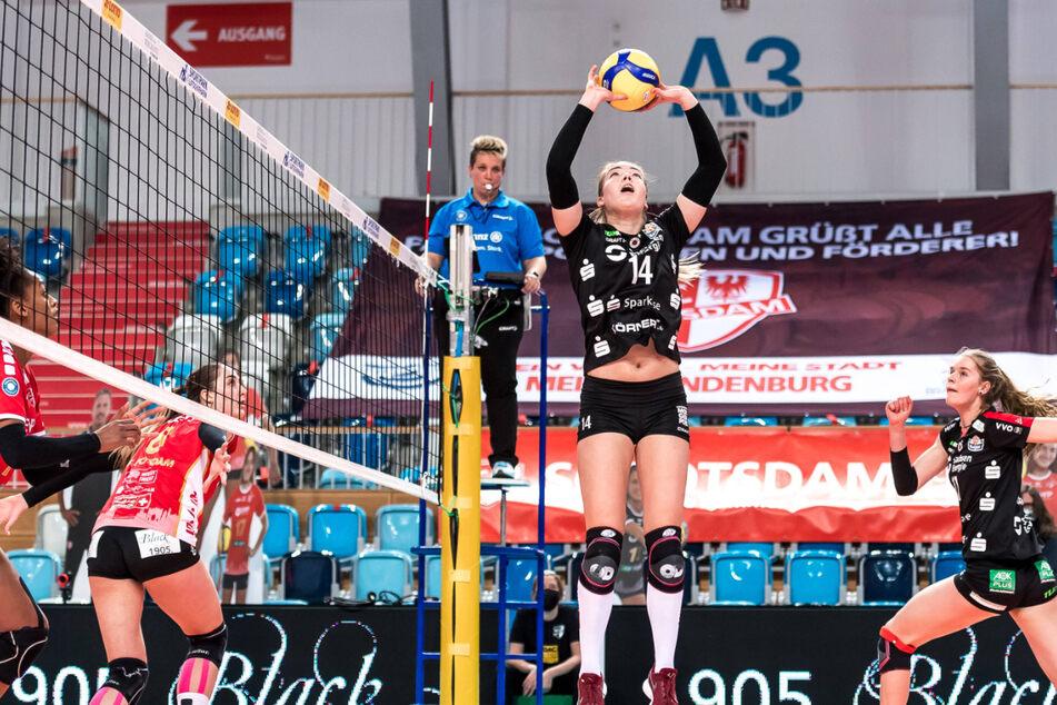 Zuspielerin Jenna Gray verteilte im ersten Play-off-Halbfinale die Bälle geschickt. Hier bedient sie Camilla Weitzel (r.)