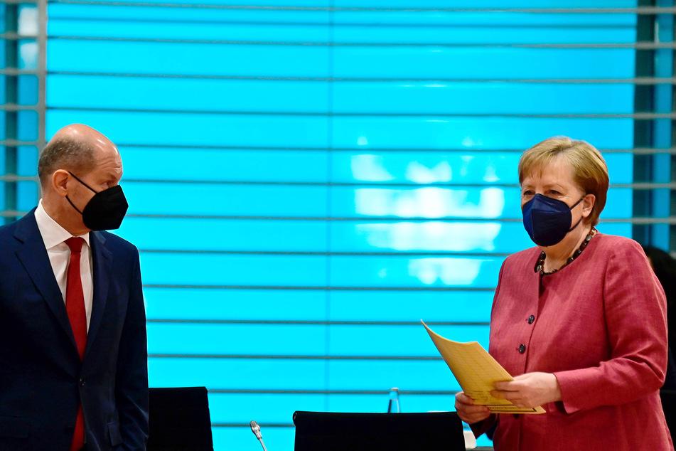 Bundeskanzlerin Angela Merkel (CDU) redet vor Beginn der Kabinettssitzung der Bundesregierung mit Bundesfinanzminister Olaf Scholz (SPD).