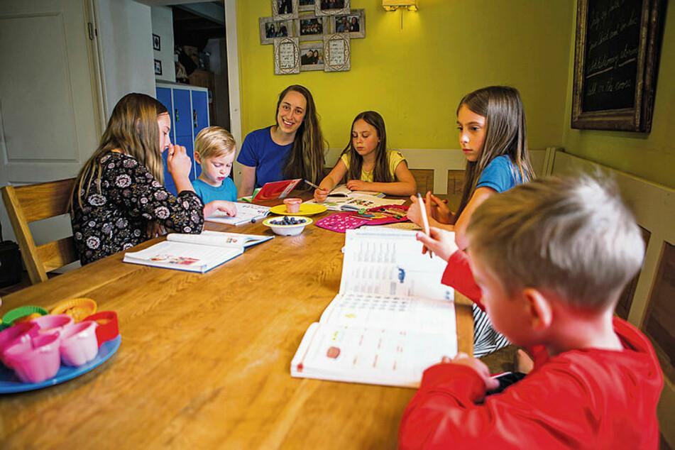 Für die Hausaufgaben haben sich die Kinder der Fenchels am Familien-Laptop und drei Smartphones abgewechselt: Hannah (12), Markus (4), Mama Emma (37), Kemba (10), Lily (8) und Matteo (6, v.l.n.r.) beim Homeschooling am Tisch. Hinter allen liegen turbulente Tage.