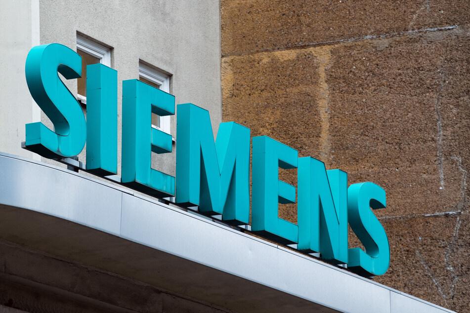 """Der Schriftzug """"Siemens"""" neben dem Eingangstor des Unternehmens."""