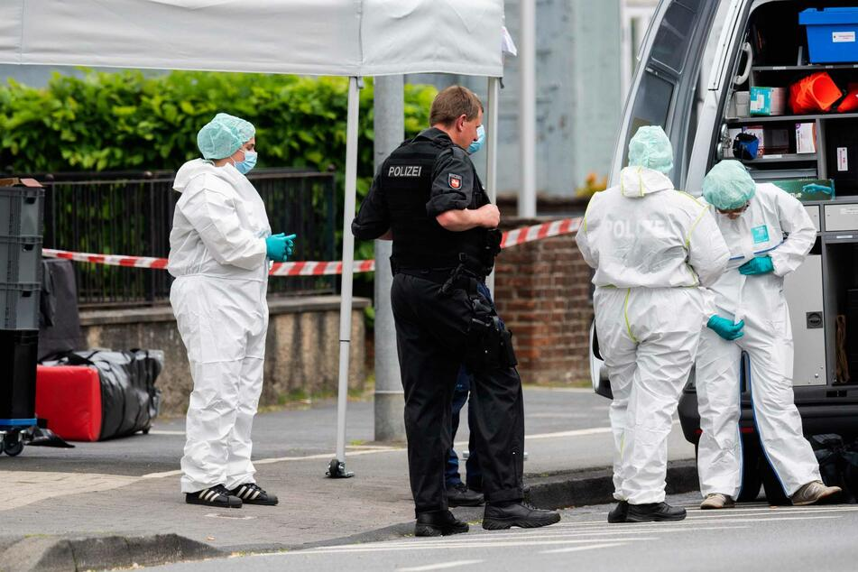 Mitarbeiter Spurensicherung der Polizei stehen am Amtsgericht Celle.