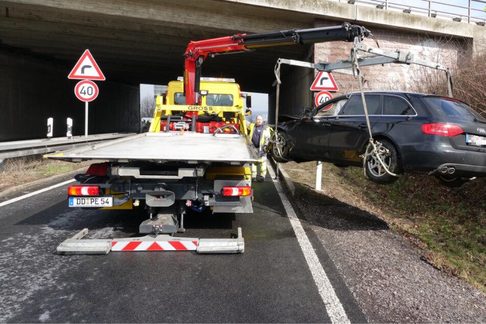 Audi gerät an A4-Abfahrt ins Schleudern und kracht gegen Brückenpfeiler