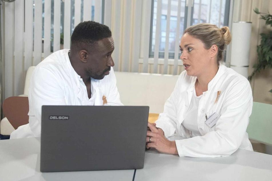 Hendrik ist erleichtert, dass Britta sich in Bezug auf die Hopkins-Operation hinter ihn stellt.