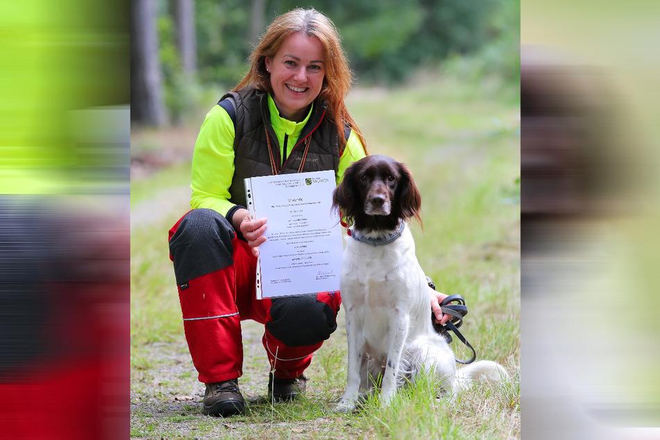 Hundeführerin Ilka Burkhardt (43) ist stolz. Ihre Emma (5), ein Kleiner Münsterländer, hat die Prüfung zum Kadaver-Suchhund bestanden.