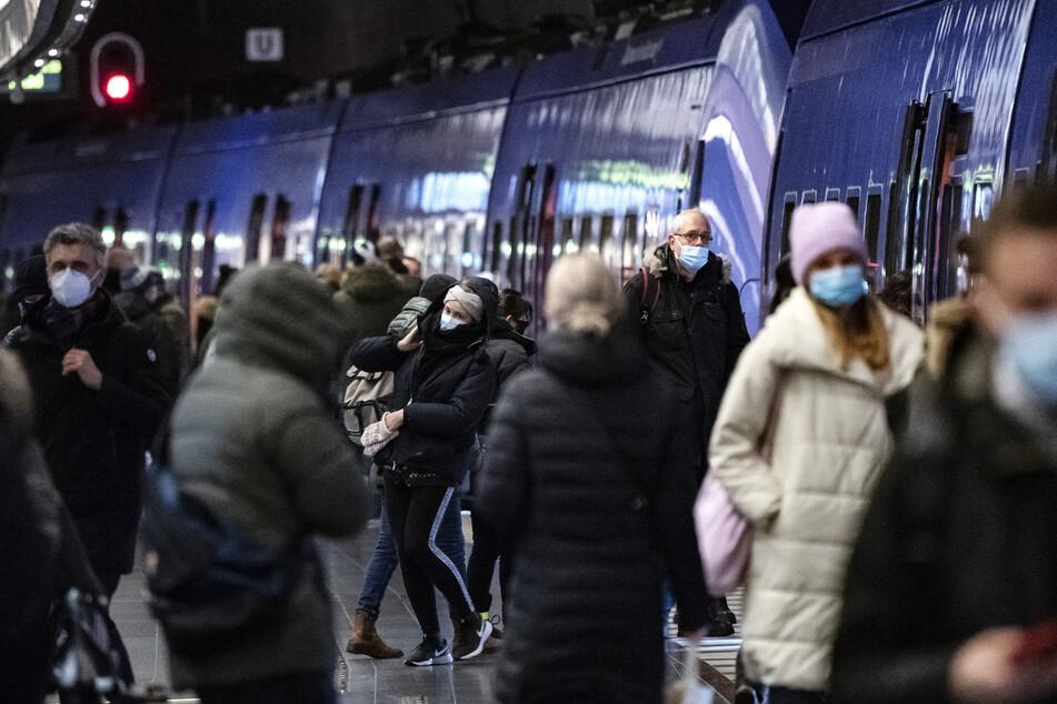 Passagiere mit Mund-Nasen-Schutz gehen durch eine U-Bahn-Station in Malmö.