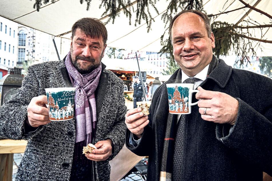 """Sven-Erik Hitzer (58, l.), Betreiber des """"Advents auf dem Neumarkt"""", zusammen mit OB Dirk Hilbert (49, FDP)."""