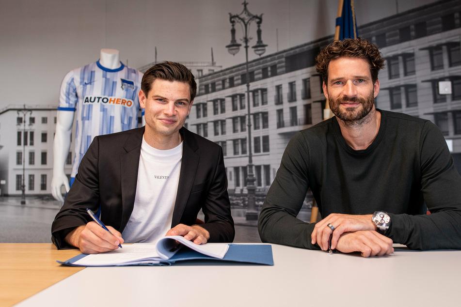 Neuzugang Jurgen Ekkelenkamp (21, l.) bei der Vertragsunterzeichnung mit Sportdirektor Arne Friedrich (42) von Hertha BSC
