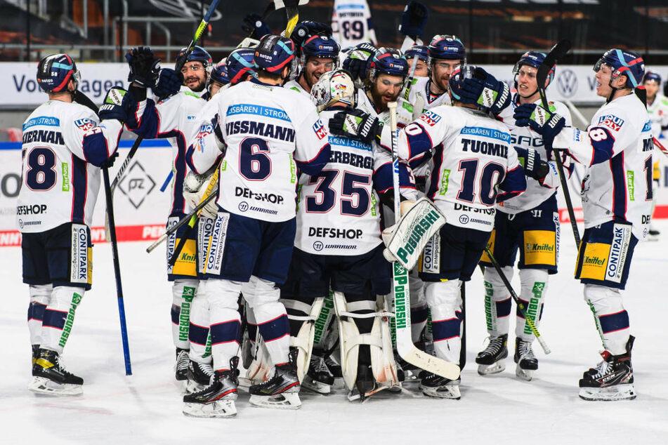 Die Eisbären-Spieler stehen nach ihrem Sieg vom Mittwoch jubelnd auf der Eisfläche. Am Freitag findet in Berlin das Entscheidungsspiel um den DEL-Titel gegen die Grizzlys Wolfsburg statt.
