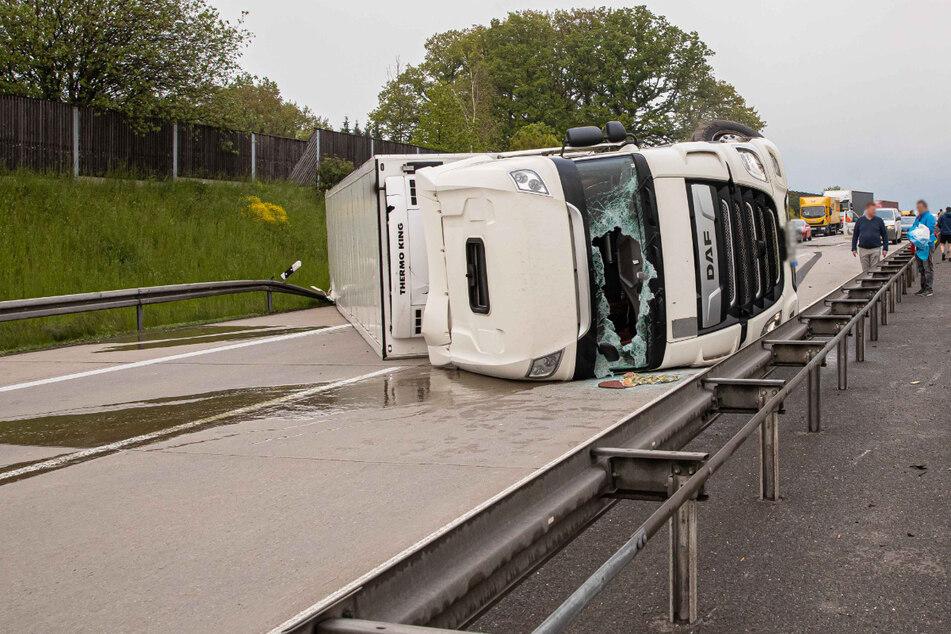 Stau auf A72: Lkw liegt quer auf Autobahn