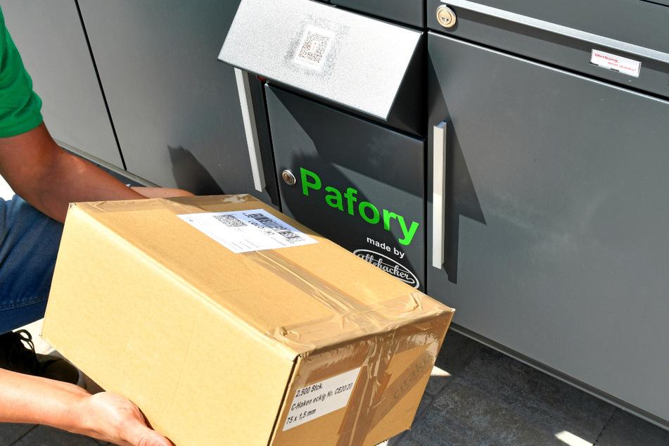 Der Lieferant scannt das Paket direkt an der Anlage, so öffnet er das Paketfach des Empfängers.