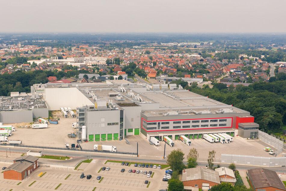 Die Luftaufnahme zeigt den Wiesenhof-Hähnchenschlachthof im niedersächsischen Lohne, in dem 66 Menschen positiv auf das Coronavirus getestet wurden.