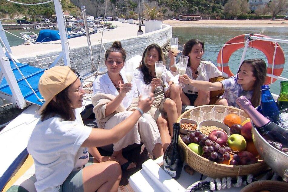 """""""Princess Charming"""" Irina (30, r.) lädt Miri (28, l.), Bine (33, 2.v.l.), Lou (21, M.) und Kati (29) auf eine Yacht zum Gruppendate ein."""