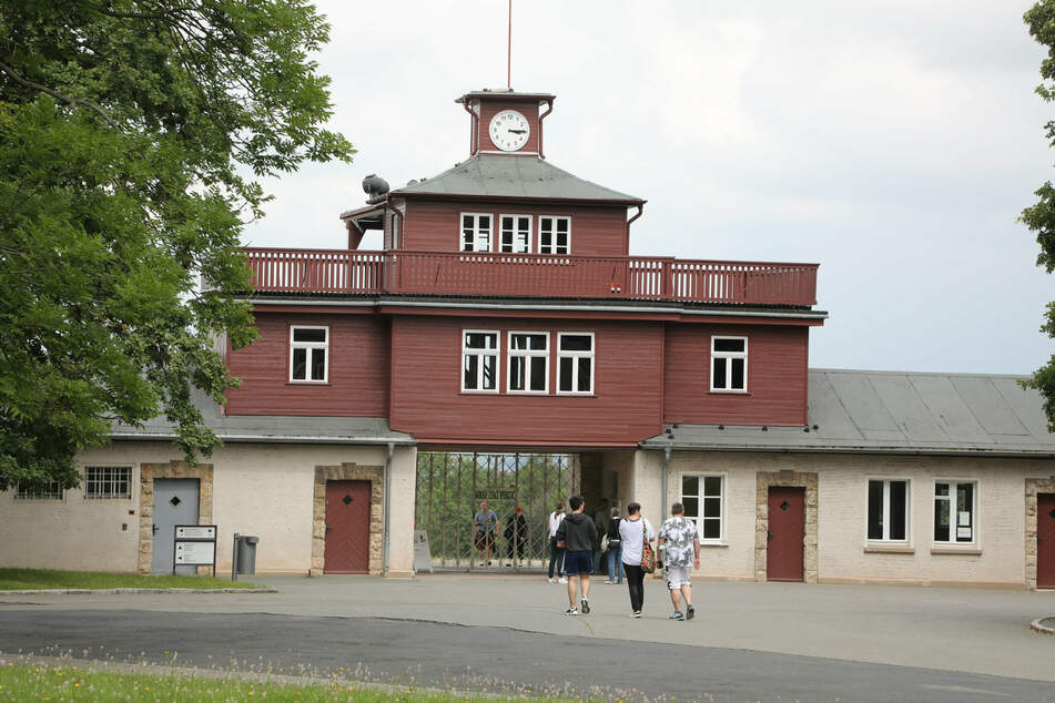 Vor dem Konzentrationslager Buchenwald hängten AfD-Mitglieder Wahlplakate auf. Diese wurden von der Buchenwald-Stiftung entfernt.