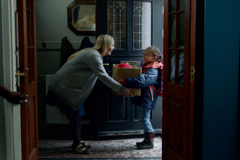 Gisella (l., Elma Lisa Gunnarsdottir) freut sich über den Einzug von Luna (Claire Harpa Kristinsdottir)