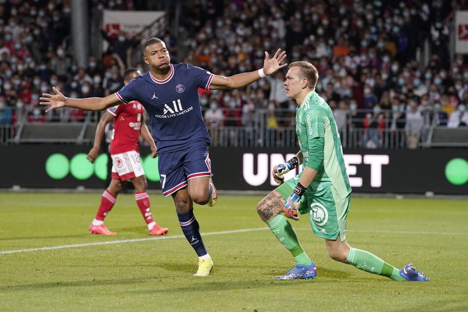 Allen Spekulationen zum Trotz macht Kylian Mbappé (22) in der laufenden Spielzeit das, was er am besten kann: Tore schießen und vorbereiten. In vier Partien stehen bereits drei Treffer und zwei Assists zu Buche.