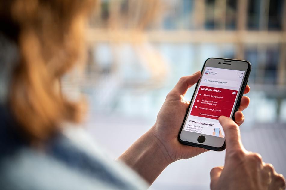 Die Verbraucherzentrale Sachsen befürwortet die Corona-Warn-App als Lösung zur Nachverfolgung von Kontakten. (Archivbild)