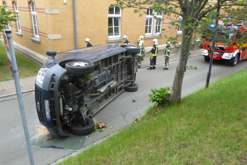In der 30er-Zone umgekippt: Ein Ford-Fahrer wurde am Mittwochnachmittag bei einem Unfall auf dem Gelände der Zwickauer Stadtverwaltung verletzt.