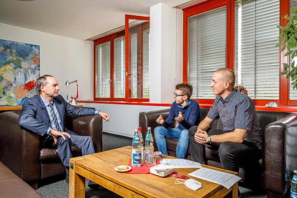 Politik-Redakteur Paul Hoffmann (28, M.) und Reporter Erik Töpfer (21) im Gespräch mit Hubert Aiwanger (50, l.).