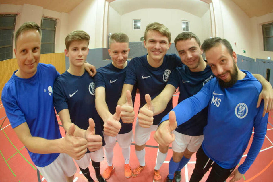 """U19-Fußballer Eric Naumann (17), Arthur Hofmann (17), Jannik Schaller (17) und Kevin Claus (18) vom TV Oberfrohna zeigen die Sportübung """"Burpee""""."""