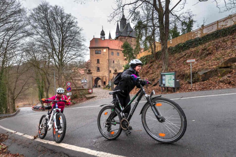 Auch fitte Radler steigen hier gerne aus dem Sattel: Jessica May (16) und Angelika Thun (45) schieben ihre Räder lieber.
