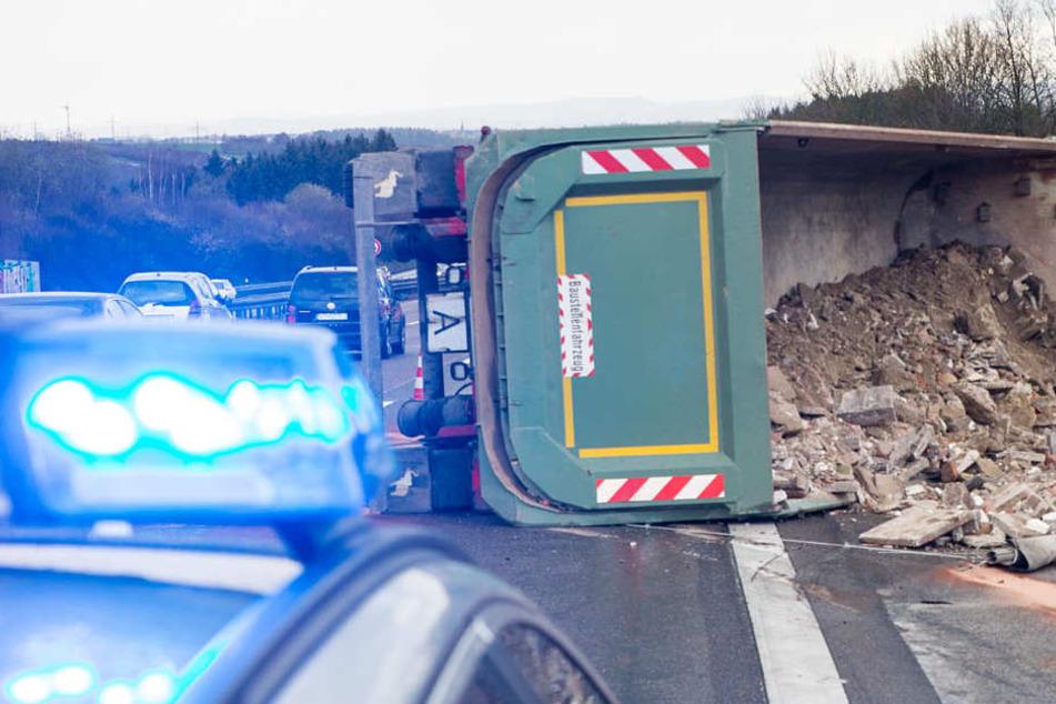 Sperrung Auf Der Autobahn 3 Nach Spektakulärem Lkw Crash