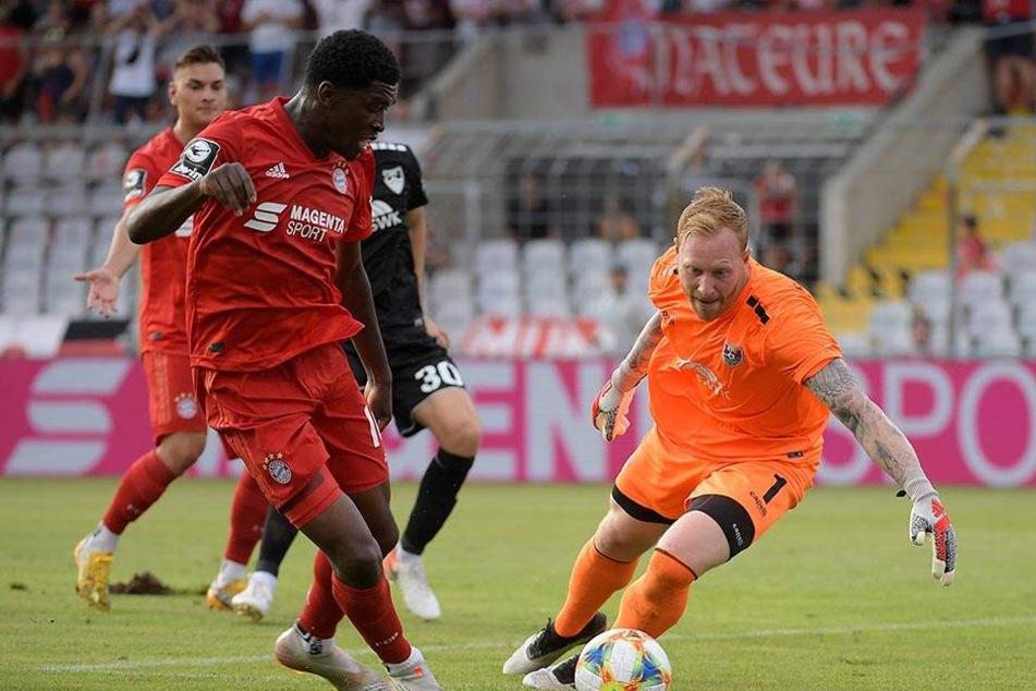 Angreifer Kwasi Okyere Wriedt umkurvt den Uerdinger Keeper Lukas Königshofer und schiebt ein.