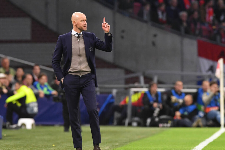 Trainer Erik Ten Hag von Ajax steht an der Seitenlinie. (Archivbild)