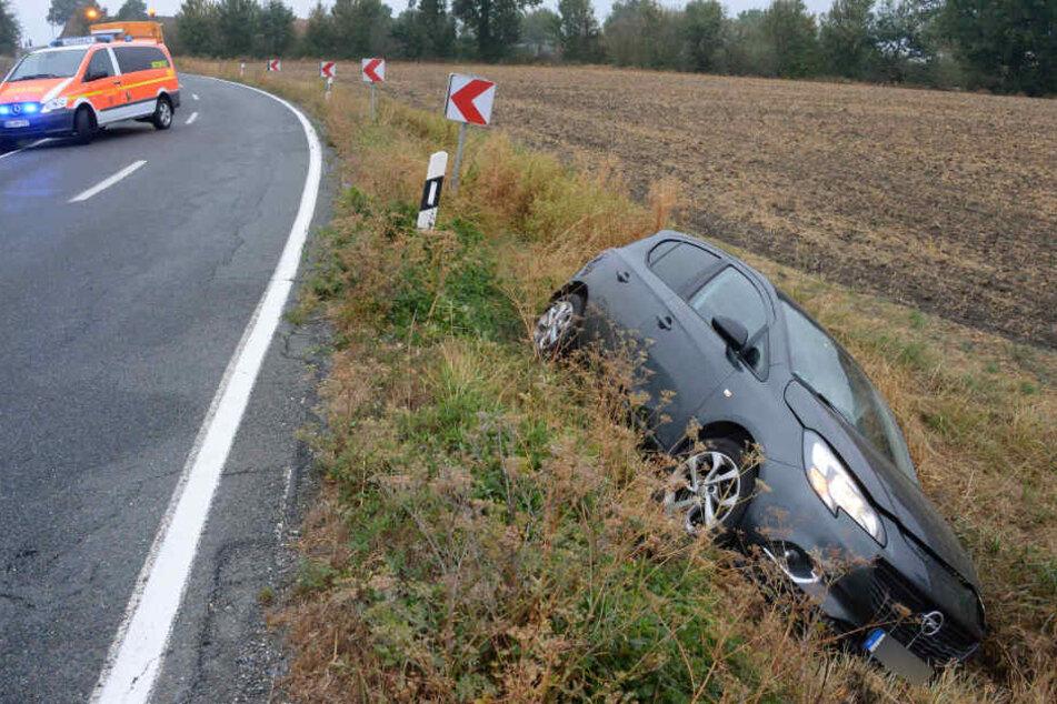 Der Opel Corsa einer 43-jährigen Frau landete im Straßengraben.