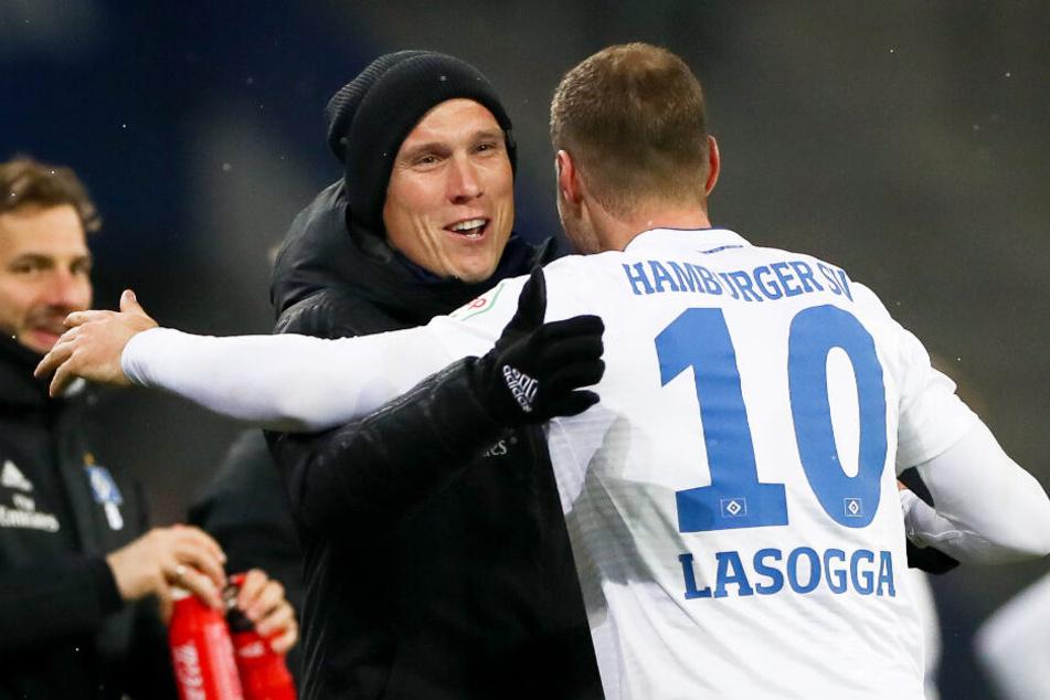 HSV-Trainer Hannes Wolf freut sich mit Pierre-Michel Lasogga über dessen zwei Tore.