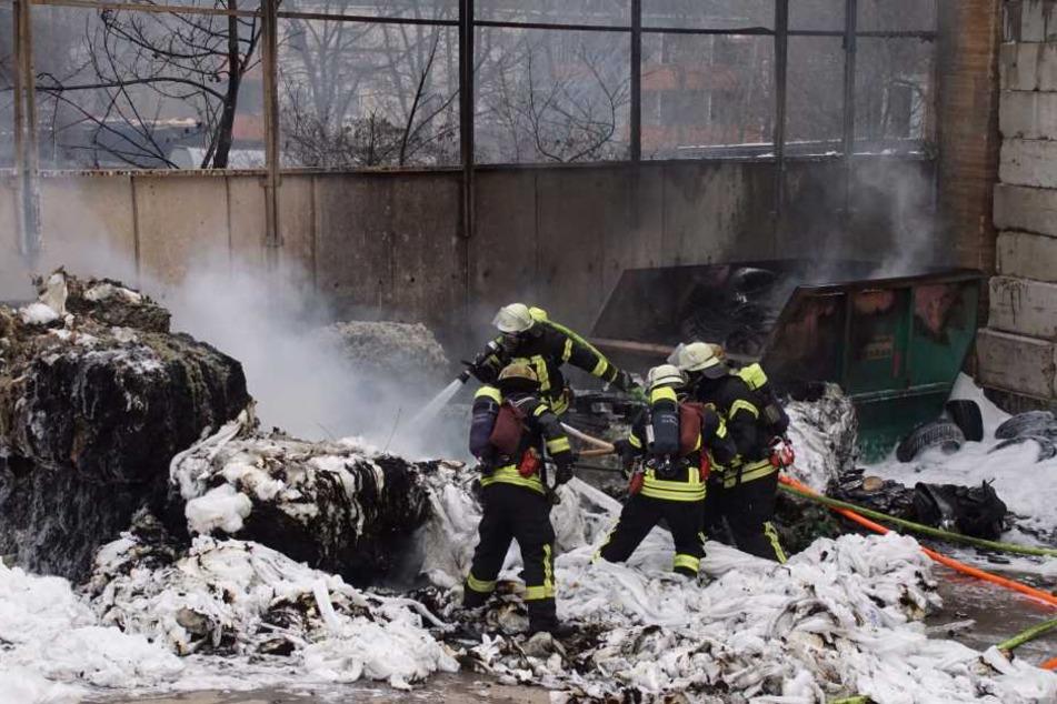 Die Einsatzkräfte der Feuerwehr gelang es, das Feuer an dem ungewöhnlichen Plastikmaterial zu löschen.